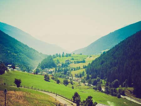 looking at view: Vintage guardando Vista delle montagne Aosta Valley Archivio Fotografico