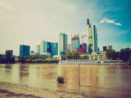 looking at view: Vintage guardare Veduta della citt� di Francoforte sul Meno dal fiume Meno Archivio Fotografico