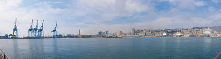 meer: Wide panoramic view of the city of Genoa skyline from the sea