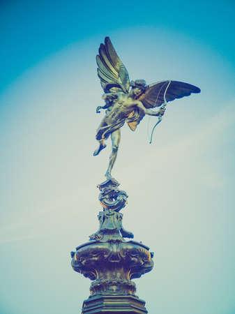 eros: Vintage guardando Piccadilly Circus con la statua di Anteros aka Eros a Londra, Regno Unito Archivio Fotografico