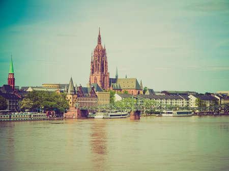 looking at view: Vintage guardando Veduta della citt� di Francoforte sul Meno dal fiume Meno