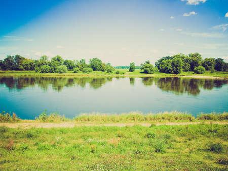 looking at view: Vintage guardando Vista del fiume Elba a Dessau, in Germania
