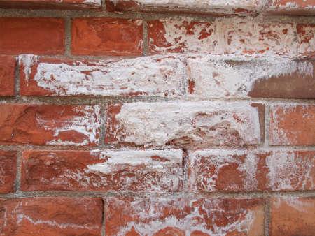 causaba: Los da�os causados ??por la humedad y la humedad en una pared de ladrillo Foto de archivo