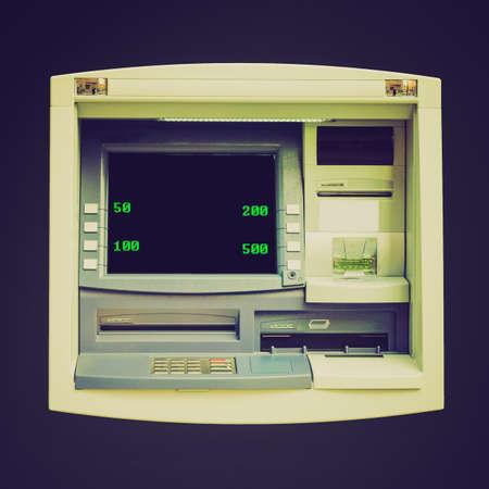 automatic teller machine: Vintage mirando cajero autom�tico (ATM) para retirar dinero en efectivo en un banco