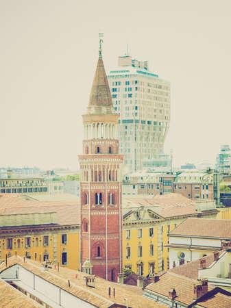 looking at view: Vintage guardando Veduta della citt� di Milano Milano in Italia Archivio Fotografico