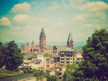 looking at view: Vintage guardando Veduta della citt� di Mainz in Germania