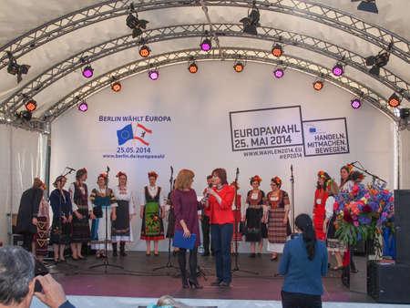 voices: Bulgarian Voices Choir en el Europafest en la Puerta de Brandeburgo para las pr�ximas elecciones europeas (Europawahl) moderados por Marion Pinkpank de la Radio de Berl�n