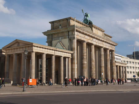 brandenburger tor: BERLIN, GERMANY - MAY 09, 2014: Tourists visiting the Brandenburger Tor (Brandenburg Gate) linking East and West Berlin