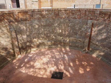 eau de pluie: R�servoir d'eau de pluie historique construite vers 16�me si�cle au ch�teau de Castello di Rivoli