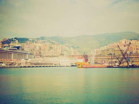 looking at view: Vintage guardando Veduta della citt� di Genova dal mare Archivio Fotografico