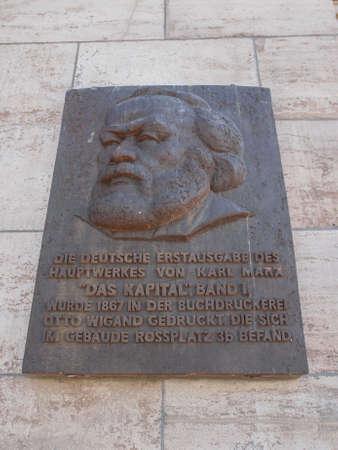 LEIPZIG, DEUTSCHLAND - 12. Juni 2014: Gedenktafel für den Druck von der ersten Ausgabe von Karl Marx Das Kapital Kapital 1867 in Leipzig