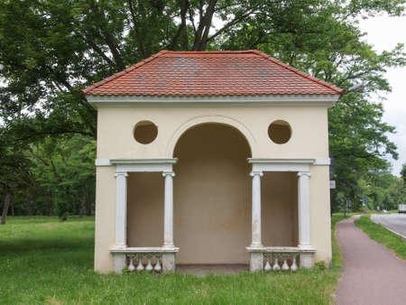 neocl�sico: Peque�o edificio de estilo neocl�sico en la calle Ebertallee en Dessau Alemania