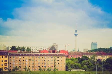 looking at view: Vintage guardando Veduta della citt� di Berlino, in Germania, con la Torre della Televisione aka Fernsehturm Editoriali
