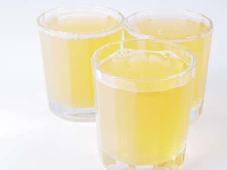 fruta tropical: Vasos de jugo de pi�a en la mesa de desayuno continental