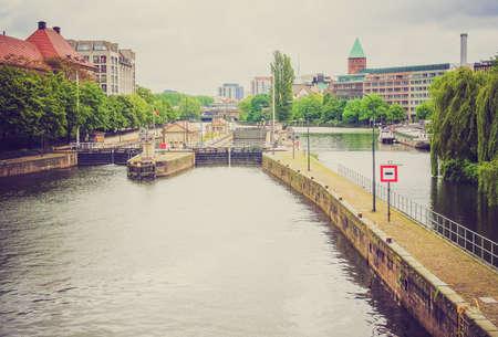 looking at view: Vintage guardando Vista del fiume Spree a Berlino, Germania