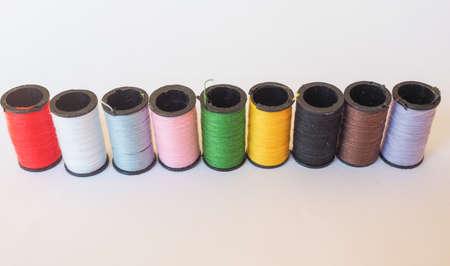 n�hzeug: Reisen N�hzeug einschlie�lich Fadenspulen von vielen verschiedenen Farben