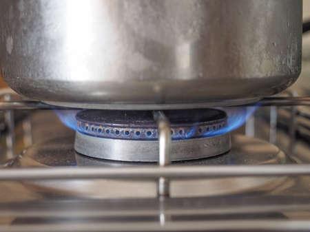 gas cooker: Detalle de una cacerola en una cocina de gas