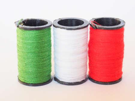 n�hzeug: N�hzeug einschlie�lich Fadenspulen von drei verschiedenen Farben in Form von der italienischen Flagge