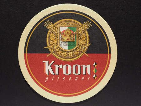 pilsner: BRUSELAS, B�LGICA - 11 de diciembre 2014: Beermat de cerveza belga Kroon pilsner