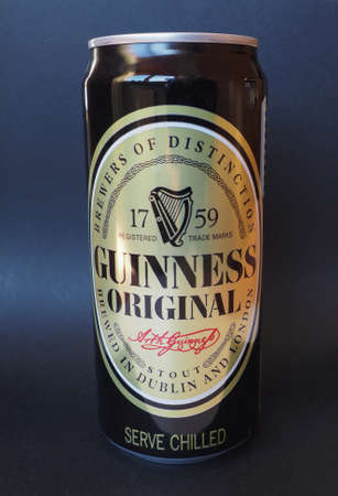 cerveza negra: DUBL�N, Irlanda - 06 de enero 2015: Lata de cerveza negra Guinness