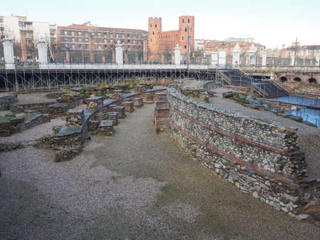 teatro antiguo: Ruinas del antiguo teatro romano y puertas de la ciudad de Porte Palatine romana en Tur�n, Italia