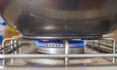 gas cooker: Cazo en una cocina de gas