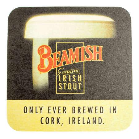 cerveza negra: DUBL�N, Irlanda - 15 de marzo 2015: Beermat del irland�s Beamish cerveza negra aislada sobre fondo blanco