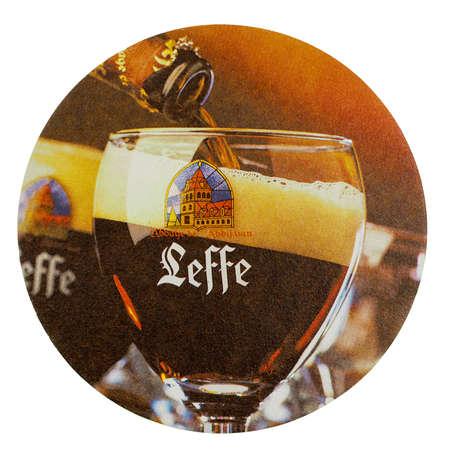 BRUSSEL, BELGIË - 15 maart 2015: Bierviltje van Belgisch bier Leffe geïsoleerd over witte achtergrond Stockfoto - 38297741