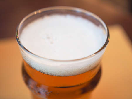 bier: A pint of British ale beer alcoholic drink in a pub Stock Photo