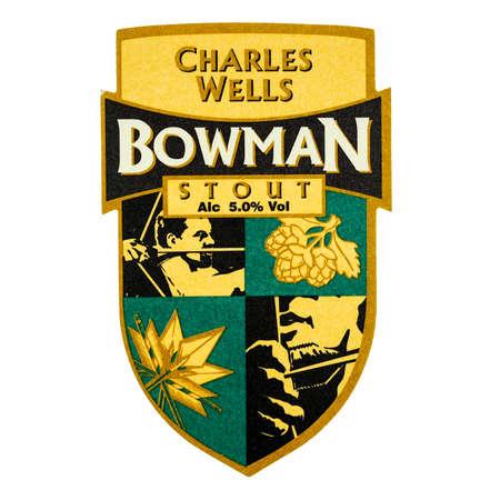 cerveza negra: LONDRES, Reino Unido - 15 de marzo 2015: Beermat de cerveza británico Charles Wells Bowman Stout aislado más de fondo blanco