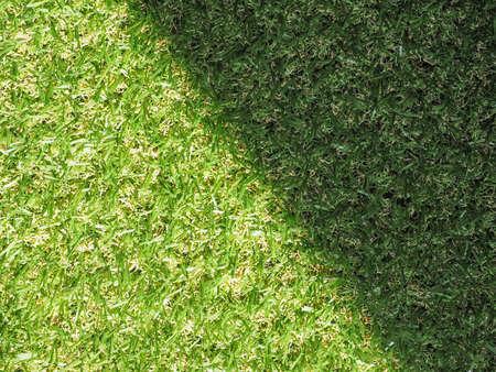 pasto sintetico: Verde artificial césped sintético prado textura útil como fondo - zona soleada y sombra Foto de archivo