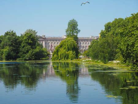 buckingham palace: LONDON, UK - JUNE 11, 2015: St James Park with Buckingham Palace in the background