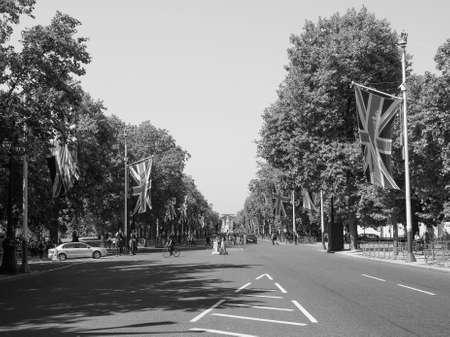 buckingham palace: LONDON, UK - JUNE 11, 2015: The Mall links Trafalgar Square to Buckingham Palace in black and white