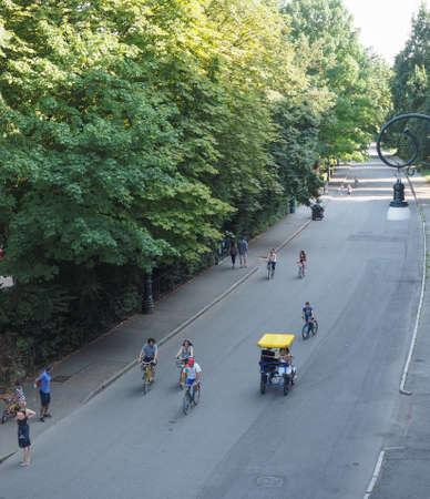 rikscha: Turin, Italien - 11. Juli 2015: Touristen auf einer Rikscha in Parco del Valentino Park
