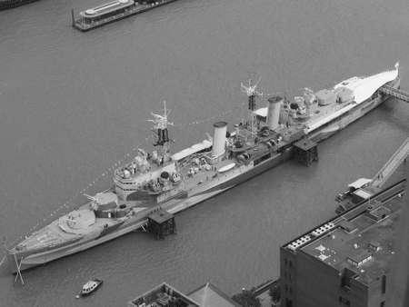 Permanent: LONDON, Verenigd Koninkrijk - 10 juni 2015: HMS Belfast schip oorspronkelijk een Royal Navy lichte kruiser is nu permanent aangemeerd op de rivier de Theems als museum schip in zwart-wit