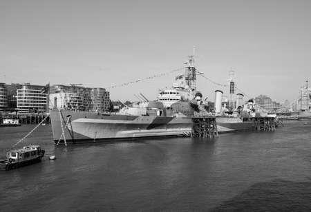 Permanent: LONDON, Verenigd Koninkrijk - 11 juni 2015: HMS Belfast schip oorspronkelijk een Royal Navy lichte kruiser is nu permanent aangemeerd op de rivier de Theems als museum schip in zwart-wit Redactioneel
