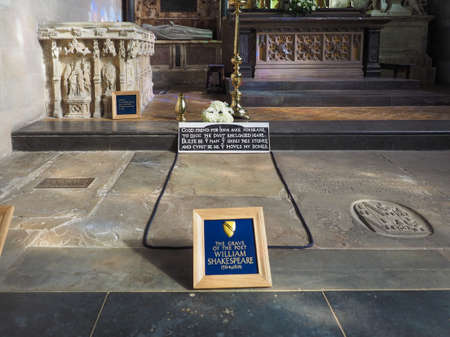 william shakespeare: STRATFORD UPON AVON, UK - SEPTEMBER 26, 2015: Grave of William Shakespeare in Holy Trinity Church Editorial