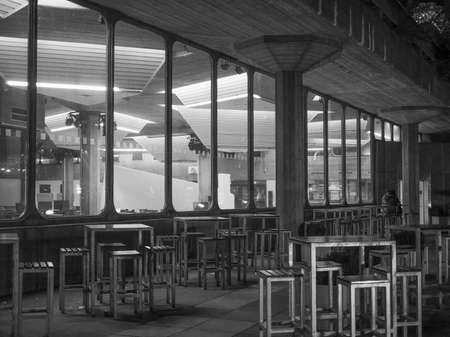 banco mundial: LONDRES, Reino Unido - 27 de septiembre, 2015: Queen Elizabeth Hall maestra icónica del nuevo brutalismo y la música de clase mundial parte sede del South Bank Centre en la noche Editorial