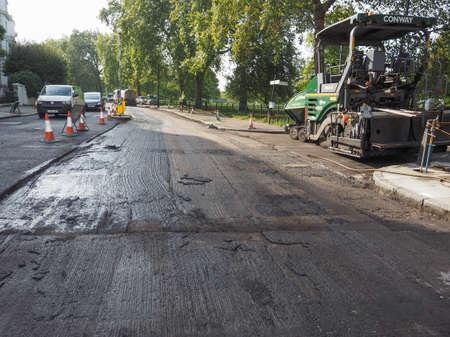 LONDON, Verenigd Koninkrijk - 29 september 2015: Bestrating werkt te verwijderen en leg nieuwe asfalt asfalt op een weg
