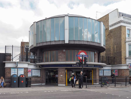earls court: LONDON, UK - SEPTEMBER 27, 2015: Travellers at Earls Court London Underground tube station Editorial