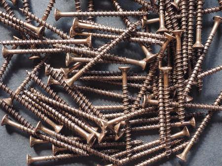 tornillos: Muchos tornillos de bronce para la madera Foto de archivo
