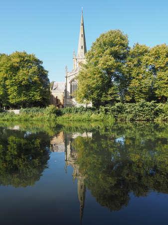 the church: Iglesia de la Santísima Trinidad visto desde el río Avon en Stratford-upon-Avon, Reino Unido Foto de archivo
