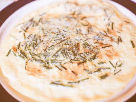 cebollines: Vintage que mira la tortilla de huevos con cebollino hierba también conocido como Allium schoenoprasum