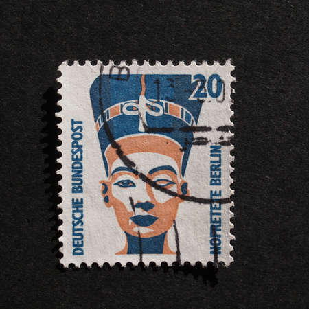 queen nefertiti: BERLIN, GERMANY - NOVEMBER 27, 2015: A stamp printed by Germany shows Egyptian Queen Nofretete aka Nefertiti Editorial