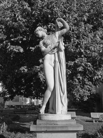 afrodita: Antigua estatua de Venus Afrodita en el parque Oberer Schlossgarten de Stuttgart, Alemania Foto de archivo