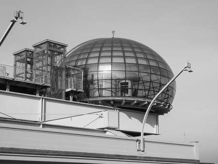 TORINO, ITALIA - 16 dicembre 2015: Tetto sala riunioni conosciuto come La Bolla che significa la bolla al centro congressi Lingotto progettato da Renzo Piano nella ex fabbrica di automobili della Fiat Editoriali
