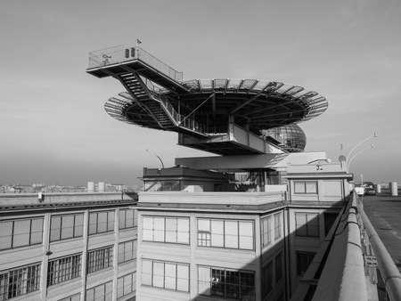 TORINO, ITALIA - 16 dicembre 2015: Tetto sala riunioni conosciuto come La Bolla che significa la bolla e eliporto al centro congressi Lingotto progettato da Renzo Piano nella ex fabbrica di automobili della Fiat Editoriali