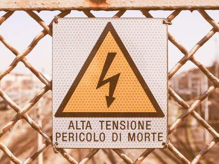 descarga electrica: Signo de riesgo de descarga el�ctrica por electrocuci�n - en la vendimia italiana