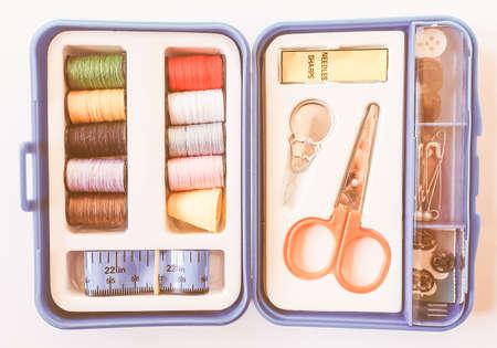 kit de costura: kit de costura de viaje, incluye carretes de hilo, tijeras, agujas, cinta métrica, botones y un dedal de la vendimia