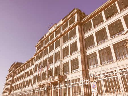 TORINO, ITALIA - 24 GENNAIO 2014: La fabbrica di automobili di Fiat Lingotto progettata da Trucco nel 1916 era la più grande fabbrica automobilistica al momento e ospita ancora il centro direzionale Fiat e un complesso di mostre vintage Editoriali